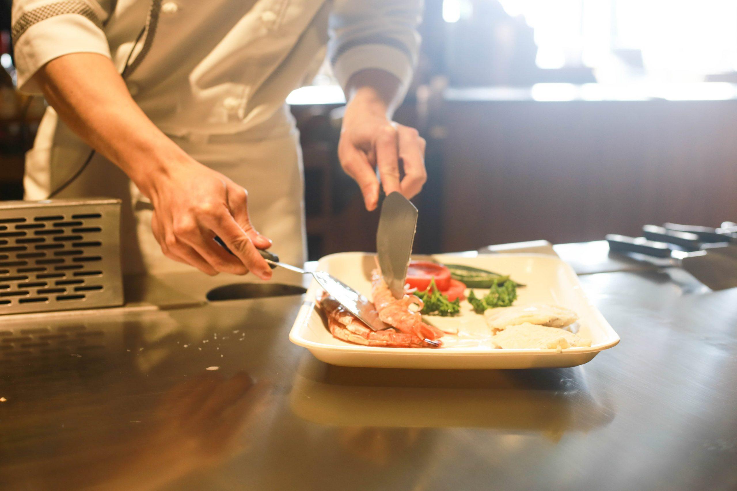 Chef dans la cuisine de son restaurant