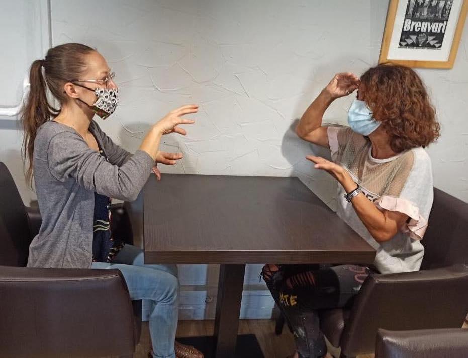 Deux femmes en train d'apprendre à signer lors de la formation initiation à la Langue des Signes Française